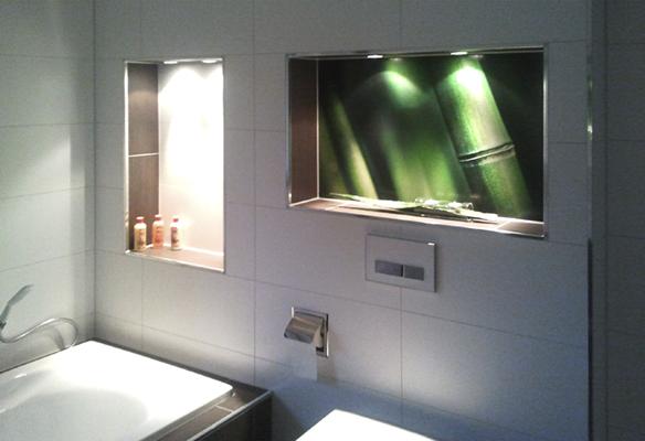 Beleuchtete Fotofliese als Gestaltungselement in einem Bad/ Oberfläche: Bilderglas entspiegelt / Format: 595mm x 915mm / Motiv: Kundendatei-Bildagentur